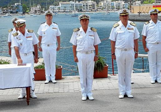 El nuevo comandante (izquierda) en el momento de jurar su nuevo cargo.