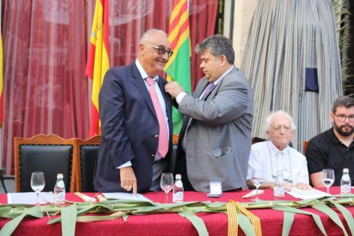 Miquel Segura recibió este viernes la medalla de manos del alcalde Biel Ferragut.