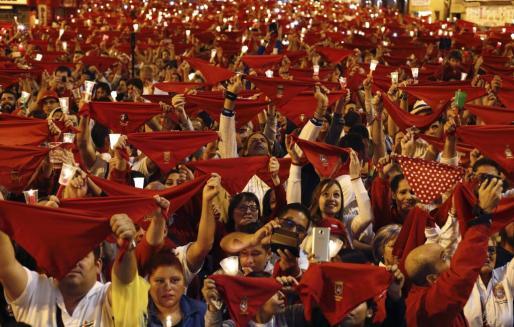 Miles de personas han entonado en diferentes puntos de Pamplona el tradicional 'Pobre de mí' para despedir así los Sanfermines 2017.