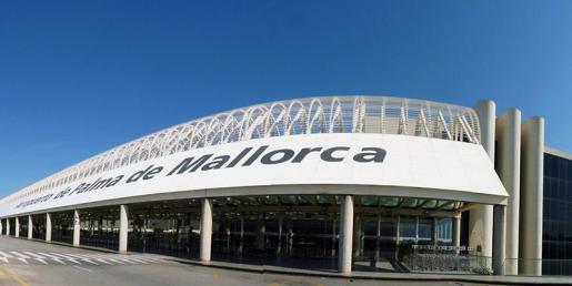 Una mujer alemana, de unos 50 años, falleció este viernes en el aeropuerto de Palma, al parecer por causas naturales.