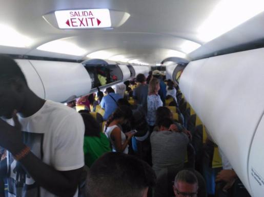 Un grupo de pasajeros ha impedido que un avión rumbo a Dakar despegara del aeropuerto de El Prat de Llobregat aunque el vuelo ha acabado saliendo unas horas más tarde, al levantarse de sus asientos en protesta por la expulsión de un senegalés «sin papeles» que viajaba en la aeronave.