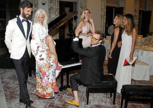Aldo Comas, al teclado, con Enrique Solís, la actriz Macarena Gómez y la bella modelo Teresa Baca.
