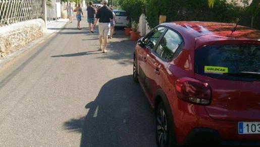 Vecinos y turistas indignados al encontrarse ayer por la mañana las ruedas de sus coches pinchadas.
