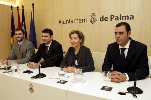 Fotografía de archivo en la que aparecen en el centro Julio Martínez y Aina Calvo, junto a José Hila y Llorenç Palmer.