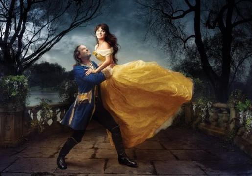 Penélope Cruz, caracterizada como 'La Bella' y en brazos de Jeff Bridges, qu en este caso el 'La Bestia', según la fotógrafa Annie Leibovitz.