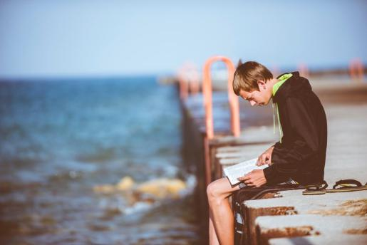 Uno de los mejores planes para desconectar en verano es leer frente al mar.