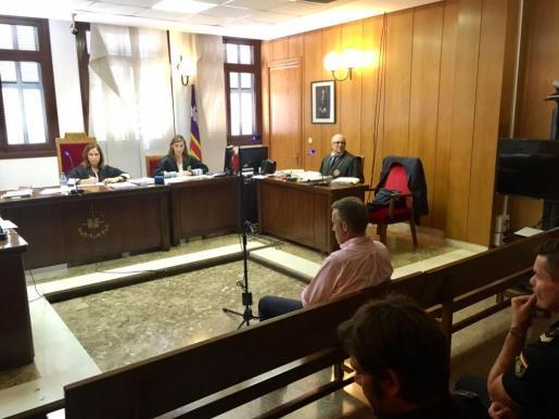 Imagen del juicio a un sobrino del empresario Bartomeu Cursach este lunes en los juzgados de Palma.