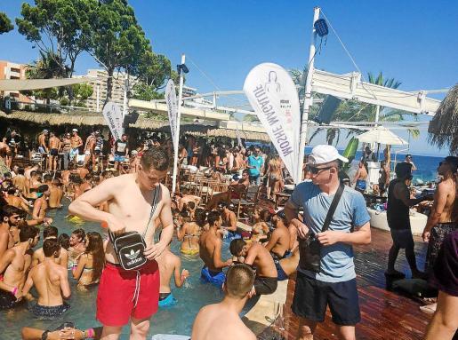 El aumento en el número de turistas expulsados de hoteles no puede disociarse del incremento de jóvenes que han elegido este año Magaluf para celebrar sus viajes de fin de curso.