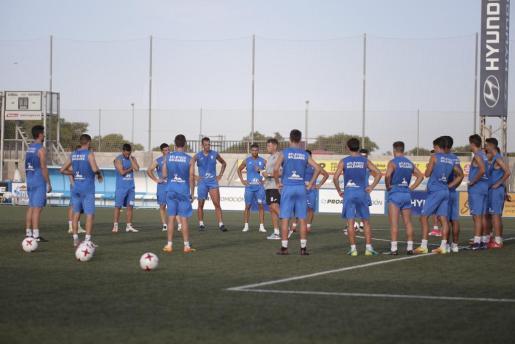 El técnico del Atlètic Balears, Armando de la Morena, -en el centro de la imagen- da instrucciones a los jugadores en la primera sesión de entrenamiento.