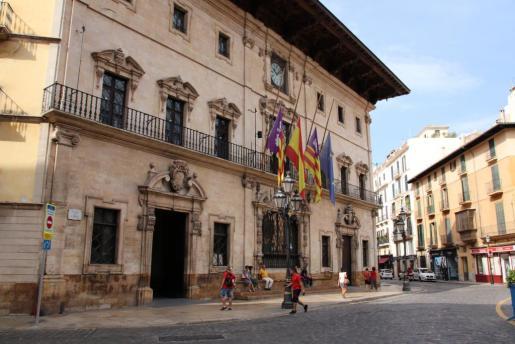 Las banderas de Cort ondean a media asta por las víctimas del franquismo.