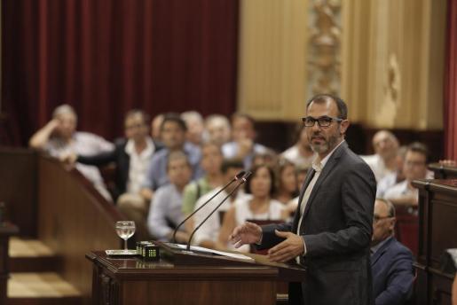 Biel Barceló, durante su intervención en el pleno extraordinario del Parlament.