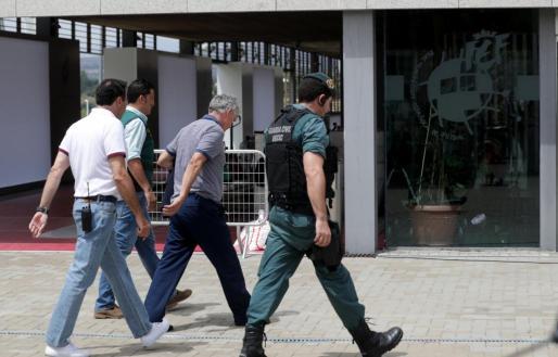 Angel María Villar, presidente de la RFEF, a su llegada a la sede de la Federación, en Las Rozas (Madrid) detenido por la Guardia Civil.