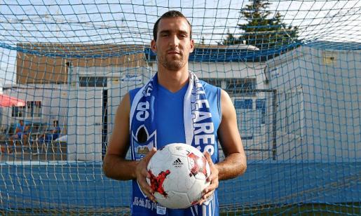 Álvaro Sánchez, séptimo fichaje del Atlètic Balears, en su presentació como jugador del club mallorquín en Son Malferit.