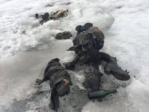 Fotografía cedida por Glacier 3000, que muestra varias prendas de ropa y botas de Marcelin y Francine Dumoulin, en el macizo de Les Diablerets, en Suiza. Los cuerpos fueron hallados con ropa de la época de la II Guerra Mundial y se cree que han permanecido en el hielo entre 70 y 80 años.