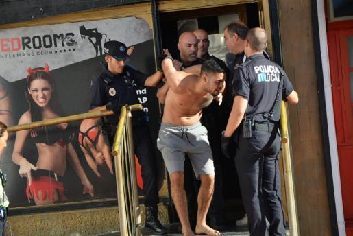 La Policía Local inspeccionó este lunes varios locales de Punta Ballena. Un individuo se enfrentó a los agentes y fue detenido por resistencia.