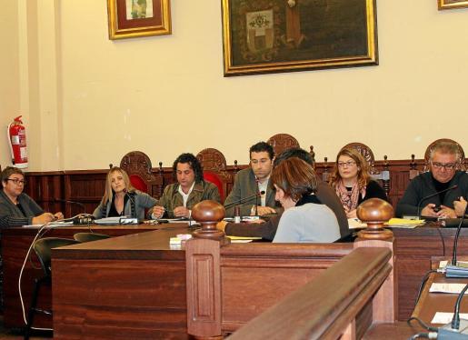 El alcalde, Miquel Llompart dio cuenta al pleno del cambio de grupo municipal.