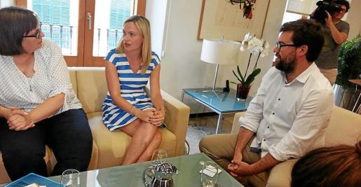 La cónsul de Alemania, Sabine Lammers; la vicecónsul británica, Lucy Gorman, y el alcalde Antoni Noguera.