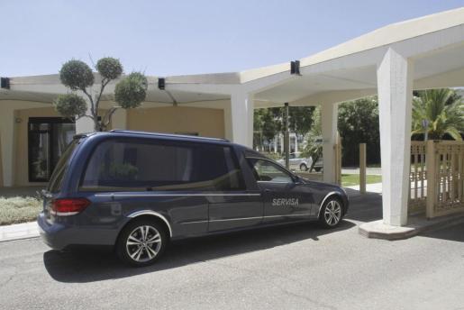 El coche funerario con los restos mortales del expresidente de Caja Madrid Miguel Blesa entra al Tanatorio de la Fuensanta de Córdoba.