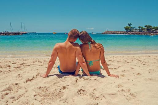 Una pareja disfrutando de un día de playa.