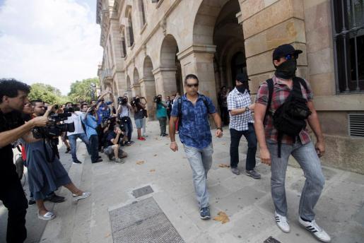 Agentes de la Guardia Civil salen del Parlament catalán, donde han acudido para requerir documentación relativa a la investigación de Germà Gordó por su presunto papel en la financiación ilegal de CDC.
