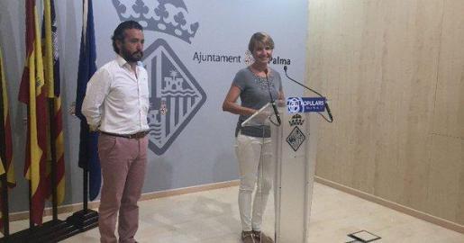 La portavoz del PP en Cort, Marga Durán, y el concejal Fernando Rubio han presentado este jueves la proposición de urgencia que defenderán en el próximo pleno de julio relativa a la conservación Sa Feixina.