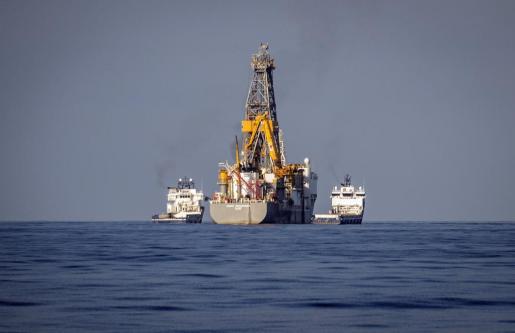 EFE - ESPAÑA PROSPECCIONES PETROLÍFERAS - ECO - Petróleo y gas - GRA370. LANZAROTE, 17/112014.- Vista desde Lanzarote del Rowan Renaissence, el barco con el que compañía petrolífera Repsol prevé iniciar mañana los sondeos petrolíferos. El buque llegó en la madrugada del sábado a la zona con unos 135 trabajadores y durante el fin de semana se ha incorporado el resto de la plantilla, por lo que los trabajos para el inicio de los sondeos se encuentran avanzados. EFE/Javier Fuentes REPSOL PREVÉ INICIAR MAÑANA L