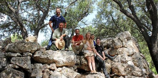 El equipo de arqueólogos realiza excavaciones en el yacimiento de s'Olivar.