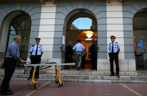 La comitiva judicial entrando en ell Teatro-Museo