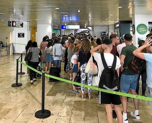 Colas en la zona de pasaportes del aeropuerto de Palma, en la mañana de este miércoles.