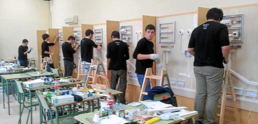 Alumnos de Formación Profesional, en un taller de instalaciones eléctricas.
