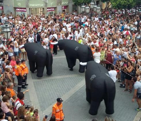 Tras el chupinazo los grandes toros salieron de su cerco para empezar a correr ante cientos de personas.