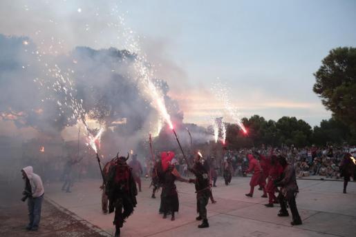 Los 'dimonis' de Kinfumfà, acompañados por la batucada Kintrofà, realizaron un vistoso 'correfoc' con motivo de las fiestas de verano de la barriada.