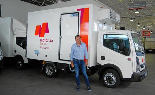 Bernat Bauçà, gerente de la empresa, junto a uno de los vehículos refrigerados de alquiler.