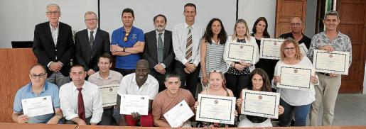 Pere Comas, Antonio Calvo, José Miguel Vera, Álvaro López, Jordi Mora y Cati Borrás, junto a los alumnos recién graduados.