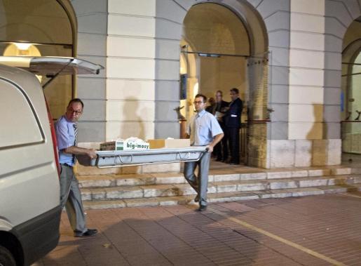 Miembros del equipo forense saliendo del Teatro-Museo de Figueres después de practicar la exhumación de los restos de Salvador Dalí.