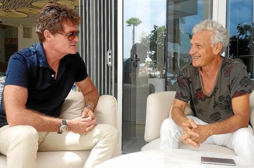 Lesson (izquierda) charla animadamente con Xavier Benlloch, director del Festival Internacional de Cine de Ibiza y promotor de la proyección del documental en Ibiza.