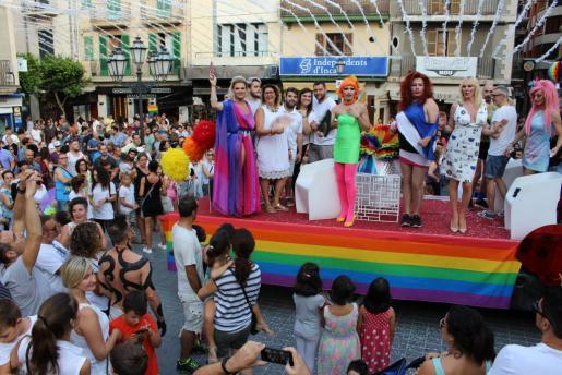 La carroza con Vivian Caoba, Topacio Fresh, Lolita Khaos y Mystica Vileila, entre otros, recorrió la ciudad.