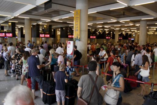 En total, entre este viernes y el lunes, Aena prevé que pasen por los aeropuertos de Baleares 945.027 viajeros en 6.170 vuelos.