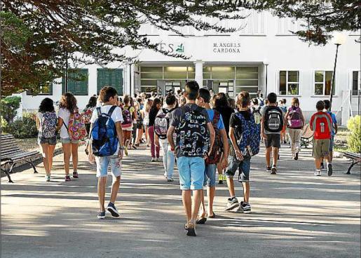 Alumnos de ESO se dirigen a su instituto.