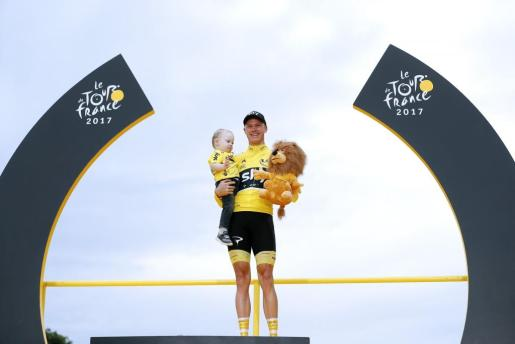 Christopher Froome celebra su cuarto Tour de Francia con su hijo.