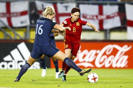 La jugadora de la selección española de fútbol Amanda Sampedro (d) trata de escapar de Millie Bright, de Inglaterra.