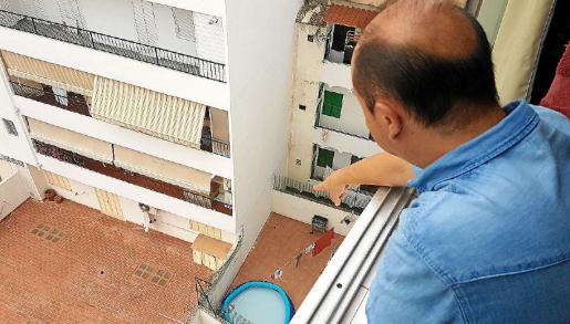 Uno de los vecinos muestra la terraza de los okupas donde, presuntamente,malgastan el agua.