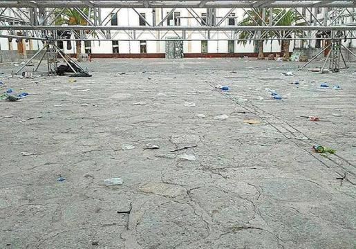 Después de la última fiesta del pasado 16 de julio, el patio del cuartel quedó lleno de suciedad.