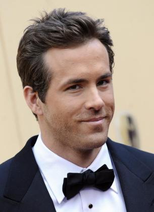 Fotografía del 7 de marzo de 2010 en la que se observa al actor estadounidense Ryan Reynolds al posar a su llegada a la alfombra roja de la 82 edición de la ceremonia de entrega de los Premios Óscar de la Academia.