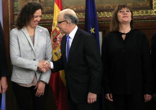 El ministro de Hacienda y Administraciones Públicas en funciones, Cristóbal Montoro, saluda a la consejera balear de Hacienda y Administraciones Públicas, Catalina Cladera.