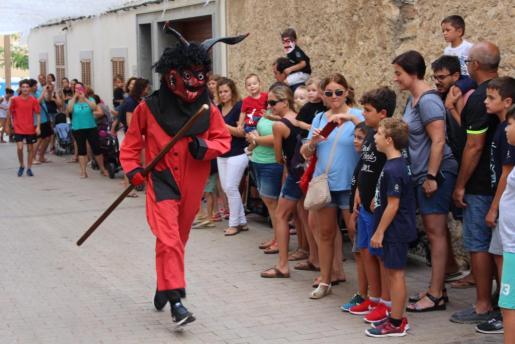 El Dimoni y los'xeremiers' llenan de fiesta las calles del pueblo por Santa Praxedis.