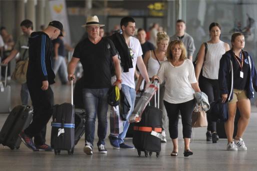 Decenas de turistas transitando por el aeropuerto de Son Sant Joan.