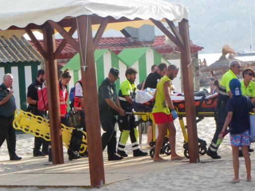 El equipo sanitario trasladando al herido en estado grave al hospital.