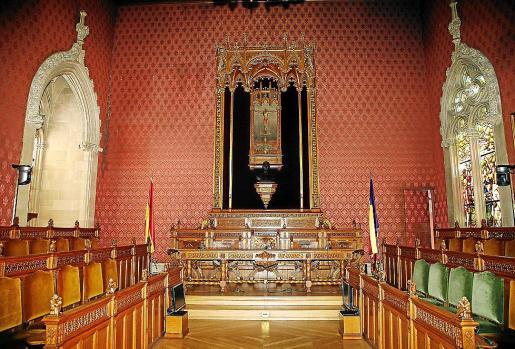 Desde este lunes, la sala de plenos ofrece esta nueva imagen, sin los tres expresidentes y Rafel Nadal.