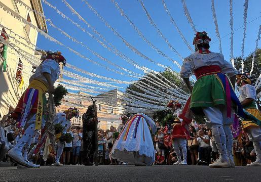 Los Cossiers danzaron los diferentes bailes por las calles de Algaida.
